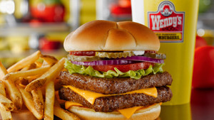 Μάθαμε γιατί το πεντανόστιμο μπιφτέκι των Wendy's ήταν πάντα τετράγωνο