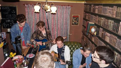 Αυτές οι Αγγλάρες έκαναν το σπίτι τους μπαρ με live μουσική