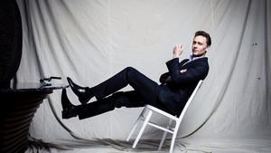 Ο Tom Hiddleston είναι ο κατάλληλος να σου μιλήσει για κοστούμι