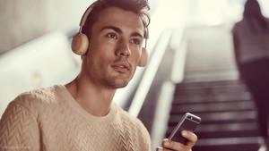 Μήπως να χαλαρώσεις με την ένταση στα headphones;