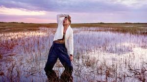 Ο Μπραντ Πιτ μόλις έκανε την πιο μετροσέξουαλ φωτογράφηση της καριέρας του