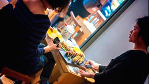 Το Koi στο Σύνταγμα παραδίδει ταχύρρυθμα μαθήματα sushi