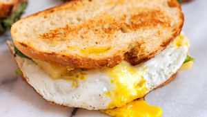 Συνταρακτικό σάντουιτς με αυγό τηγανητό κι άπειρο λιωμένο τυρί