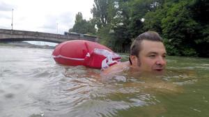 Ρισπέκτ σε αυτόν τον τύπο που πηγαίνει στη δουλειά κολυμπώντας