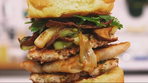 Το burger με τα 4 κρεατικά είναι πιο μεγάλο από τις απορίες μας