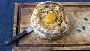 Ζηλέψαμε πολύ το English breakfast που σερβίρεται σε ένα καρβέλι ψωμί!