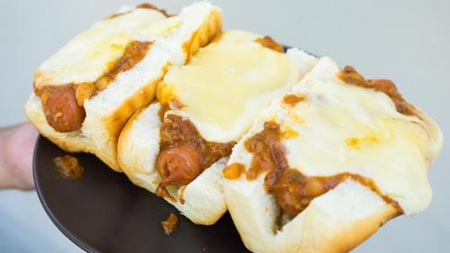 Χοτ-ντογκ με τσίλι και λιωμένο τυρί για τις δύσκολες ώρες