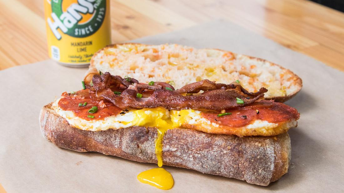 Κορυφαίο σάντουιτς με αβγό, τυρί, πεπερόνι και μπέικον
