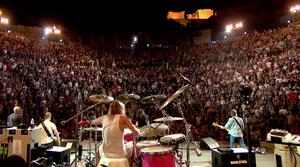 Πόσο ηδονή να σε ανεβάζουν στη σκηνή οι Foo Fighters;