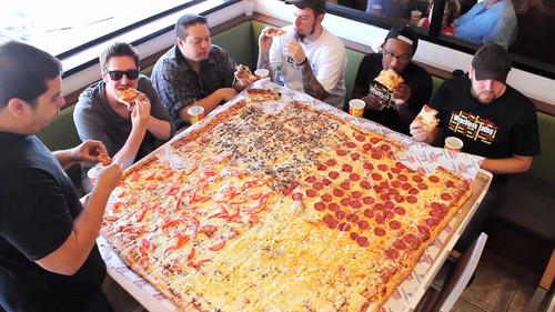 Ζηλεύουμε ήδη την μεγαλύτερη πίτσα που φτιάχτηκε στον πλανήτη