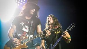 Ο Dave Grohl τα σπάει επί σκηνής με τους Guns N' Roses