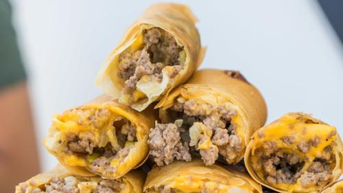 Αυτές οι τυπάρες έφτιαξαν ΑΡΡΩΣΤΑ egg rolls με burger
