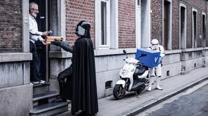 ΣΟΚ: Ο Darth Vader κάνει μεροκάματα για να χτίσει ένα νέο DeathStar