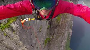 Πόσα κοχόνες χρειάζονται για να κάνεις ελεύθερη πτώση 392 μέτρων ΜΟΝΟ με ένα σκοινί;