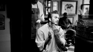 Ο David Beckham βγάζει σέντρα ακριβείας στο γήπεδο του grooming