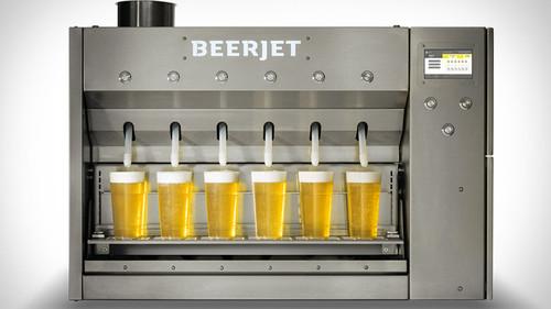 Αυτός ο διάολος γεμίζει 1000 μπυροπότηρα σε μια ώρα